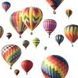 Bunte Heißluftballone, die gegen Weiß schwimmen Lizenzfreie Stockfotos