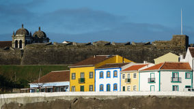 Bunte, helle Ansicht von Häusern und Fort in Angra tun Heroismo Lizenzfreies Stockfoto