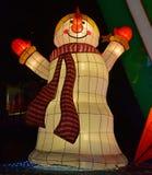 Bunte helle Dekoration des Schneemannes lachend schauend glücklich mit langem Schal Lizenzfreie Stockfotografie