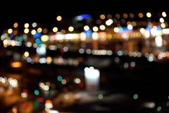 Bunte helle Lichter auf dunklem Nachthintergrund Stockfotografie