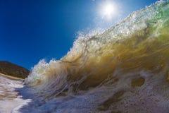 Bunte helle Welle des Ozeans mit grün-blauem Wasser und gespritztem Li stockfotografie