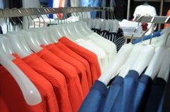 Bunte Hemden auf Aufhängern Lizenzfreies Stockfoto