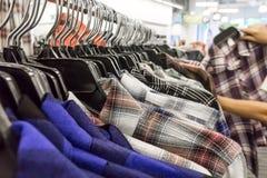 Bunte Hemden im Kaufhaus Stockbild