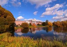 Bunte Herbstbäume und -teich im Landsitz parken Lizenzfreie Stockbilder