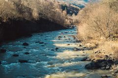 Bunte Herbstlandschaft mit Fluss stockbild