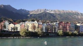 Bunte historische Gebäude durch den Gasthaus-Fluss stock footage