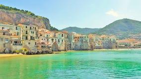 Bunte historische Gebäude in Europa durch das Meer Stockbild