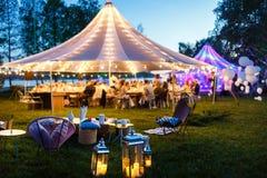 Bunte Hochzeitszelte nachts Glückliche Paare in der Weinlesekleidung Lizenzfreie Stockfotos