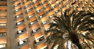 Bunte hohe Aufstiegsgebäudefassade Moderne Artarchitektur mit geometrischen Formen Kontrastieren Sie Konzept von nervösem und stockfotografie
