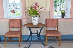 Bunte Holzstühle auf verschiedenem Hintergrund Lizenzfreie Stockbilder