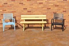 Bunte Holzstühle auf verschiedenem Hintergrund Lizenzfreie Stockfotos