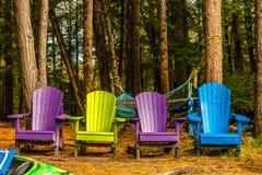 Bunte Holzstühle in Flüssen umranden in den Farben von Herbst, w stockfotos