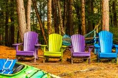 Bunte Holzstühle in Flüssen umranden in den Farben von Herbst, w lizenzfreie stockfotos