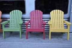 Bunte Holzstühle Stockfoto