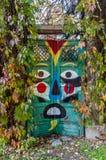 Bunte Holztür mit Gesicht Stockfoto