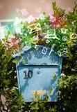 Bunte Ikonen und Symbole, die aus einem Briefkasten heraus bersten Lizenzfreie Stockfotos