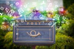 Bunte Ikonen und Symbole, die aus einem Briefkasten heraus bersten Stockbild