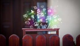 Bunte Ikonen und Symbole, die aus einem Briefkasten heraus bersten Lizenzfreie Stockfotografie