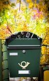 Bunte Ikonen und Symbole, die aus einem Briefkasten heraus bersten Lizenzfreies Stockfoto