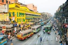 Bunte indin Straße mit vielen Bussen, Autos und hetzenden Leuten Stockbild