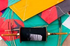 Bunte indische Drachen und Schnur Lizenzfreies Stockfoto