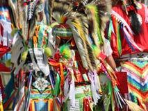 Bunte Insignien des amerikanischen Ureinwohners an einem Sommer Powwow Stockbilder