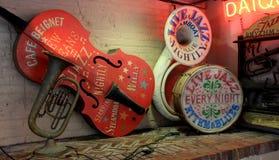 Bunte Instrumente auf langem Regal am historischen Café Beignet, New Orleans, 2016 Stockbilder