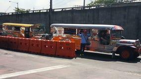bunte jeepneys bekannt für ihre gedrängten Sitzplatz- und Kitschdekorationen, die eine überall vorhandene Symbolkultur und -kunst stock video
