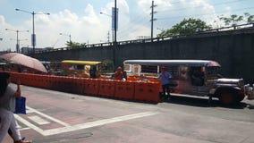bunte jeepneys bekannt für ihre gedrängten Sitzplatz- und Kitschdekorationen, die eine überall vorhandene Symbolkultur und -kunst stock footage
