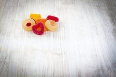 Bunte Jelly Candy auf weißem hölzernem Hintergrund stockbilder