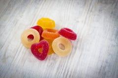 Bunte Jelly Candy auf weißem hölzernem Hintergrund stockfotografie