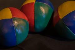 Bunte jonglierende Bälle stockfotos