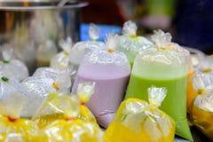 Bunte köstliche Sojabohnenmilch für gesunde Leute in Thailand lizenzfreies stockfoto
