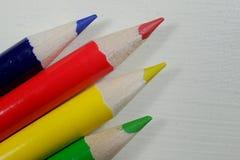 Bunte Künstlerbleistifte in den Regenbogenfarben Stockfotografie