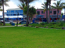 Bunte Küstenlandschaft und Gebäude Lizenzfreies Stockfoto
