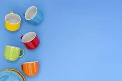 bunte Kaffeetassen auf blauem Hintergrund Lizenzfreie Stockfotografie