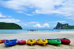Bunte Kajaks auf Loh Dalum setzen in Phi Phi Don-Insel auf den Strand lizenzfreies stockbild