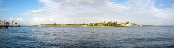 Bunte karibische Gebäude über dem Wasser mit Booten am Dock Stockfoto