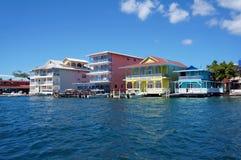 Bunte karibische Gebäude über dem Wasser Lizenzfreies Stockfoto