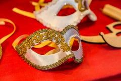 Bunte Karnevalsmasken auf dem Markt in Venedig, Italien Stockbild