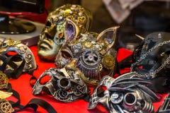 Bunte Karnevalsmasken auf dem Markt in Venedig, Italien Lizenzfreie Stockfotos