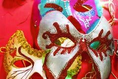 Bunte Karnevalsmasken von verschiedenen Formen und von Größen lizenzfreie stockfotografie