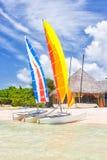 Bunte Katamaran an einem Erholungsort auf einem Strand in Kuba stockfotografie