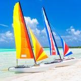 Bunte Katamaran an einem Strand in Kuba stockfotos