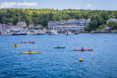 Bunte Kayakers schaufeln in Boothbay-Hafen, Maine Stockbilder