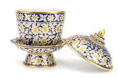 Bunte Keramik handcraft die Schüssel, die auf weißem backgroun lokalisiert wird Lizenzfreies Stockbild