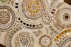 Bunte keramische Musterdekoration mit den Kieseln gemacht vom pebbl Stockfotografie