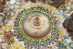 Bunte keramische Musterdekoration mit den Kieseln gemacht vom pebbl Lizenzfreie Stockbilder