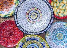 Bunte keramische Platten auf Anzeige Stockfotos