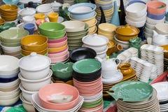 Bunte keramische Platten und Schüsseln Stockbild